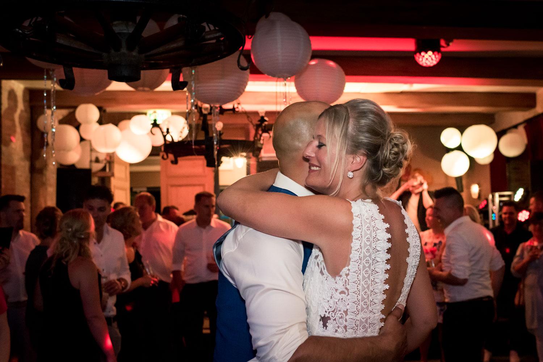 Romantische openingsdans in West Brabant door Caroline bruidsfotograaf bij Cfoto