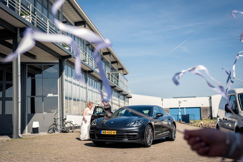 Het bruidspaar komt aan bij de vertrekhal in Rotterdam