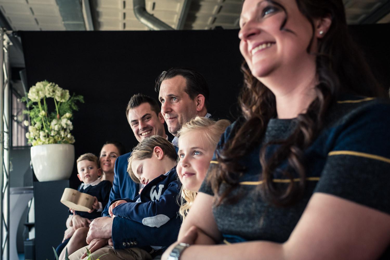 Bruidsfotografie in de vertrekhal, gasten tijdens de ceremonie