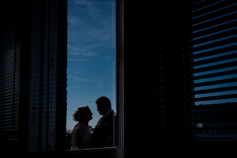 trouwfotografie door Cfoto sillouet bruidspaar bij Hotel New Yor