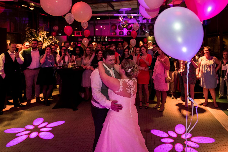 de openingsdans tijdens een trouwfeest in de vertrekhal in Rotte