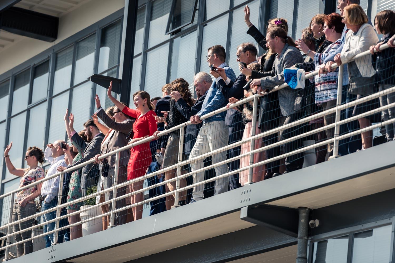 Bij de vertrekhal in Rotterdam wachten de gasten op de aankomst