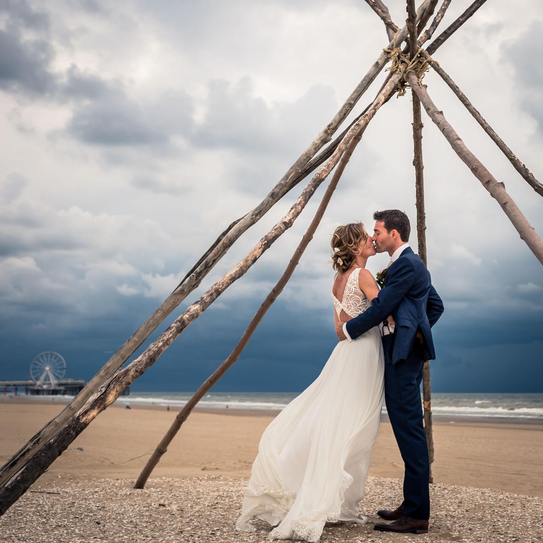 Bruidsfotograaf Cfoto in Scheveningen met Pier op de achtergrond, toffe spontane bruidsfotografie op journalistieke wijze in Nederland