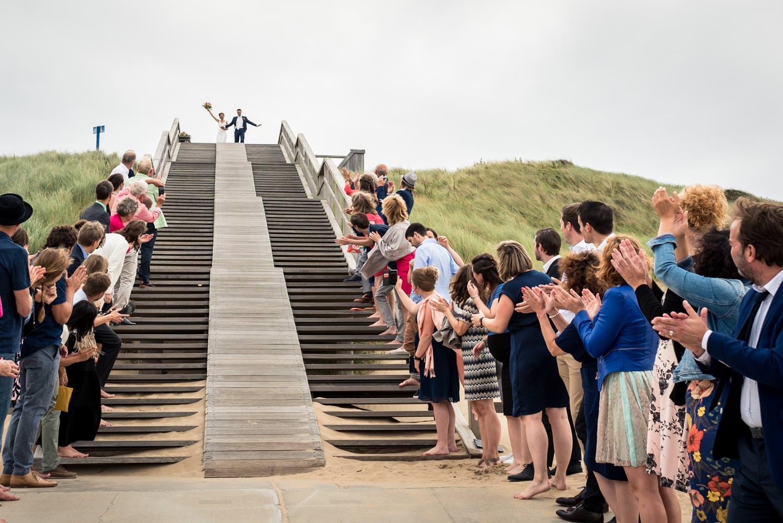 bruidsfotograaf legde de aankomst van het bruidspaar vast bij He