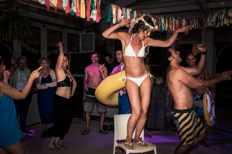 bruidsfotograaf Cfoto legt bruid vast die in bikini aan het dans