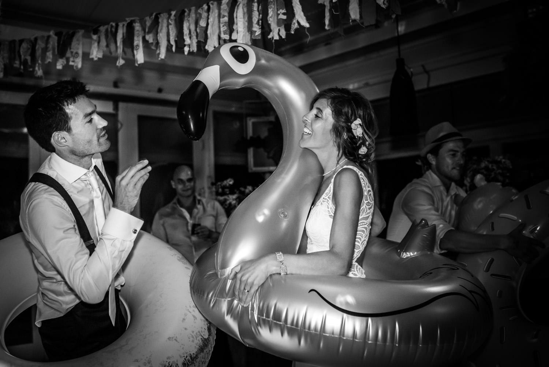 trouwfotografie tijdens het feest, het bruidspaar met een opblaa