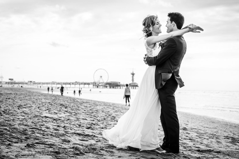 Bruidsfotograaf Cfoto tijdens spontaan moment aan het strand van