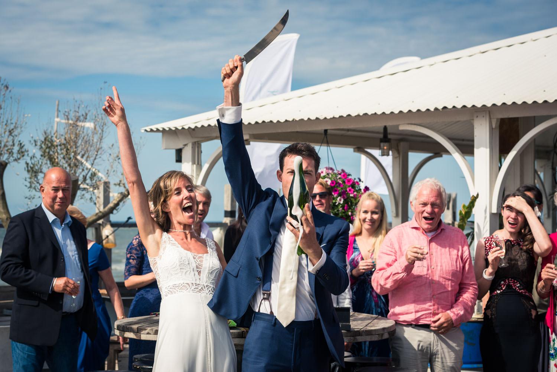 Cfoto bij het chambreren van de champagne bruidsfotograaf bij hu