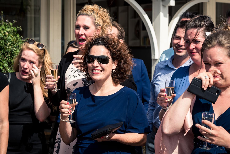 Bruidsfotografie aan het strand in Zuid-Holland emoties bij de g