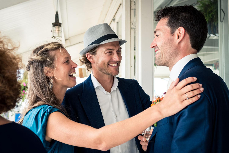 Feliciteren tijdens de borrel van het bruidspaar, spontaan momen
