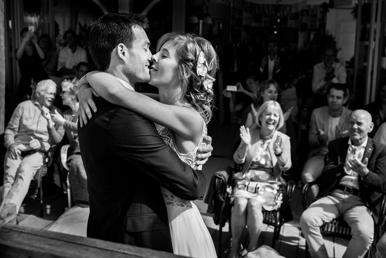 Bruidsfotograaf in Scheveningen tijdens de ceremonie bij de kus