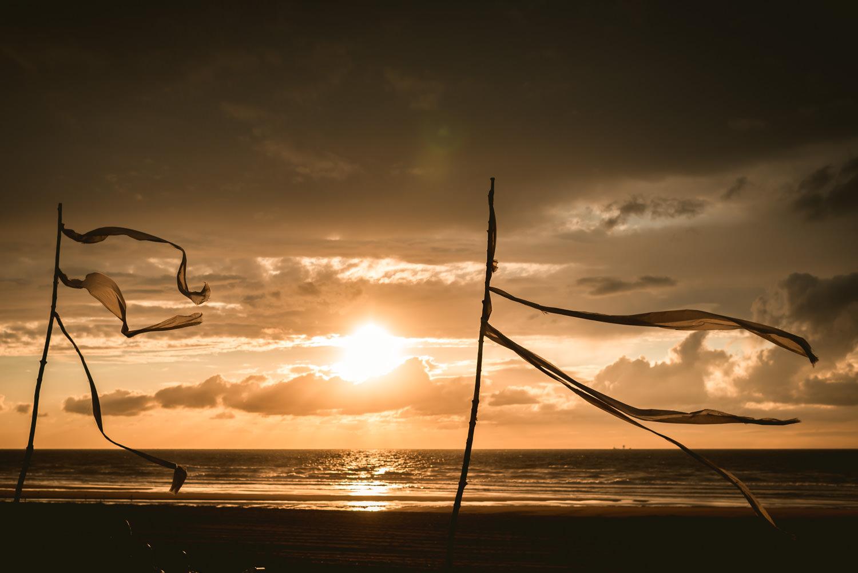 ondergaande zon bij strandclub Naturel in Scheveningen