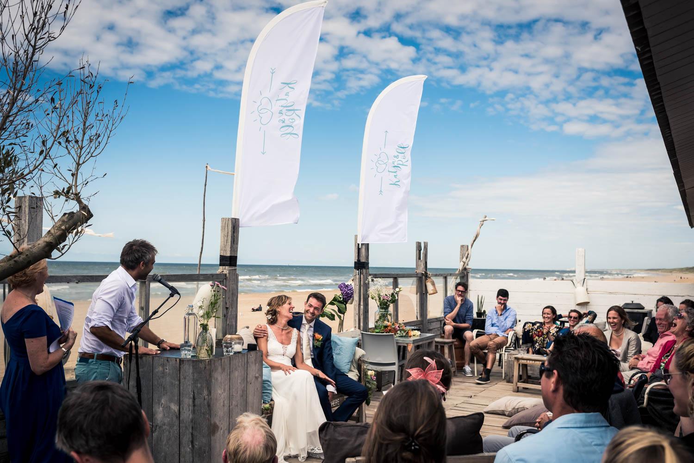 bruidsfotograaf Cfoto maakt overzichtsfoto aan het strand tijden