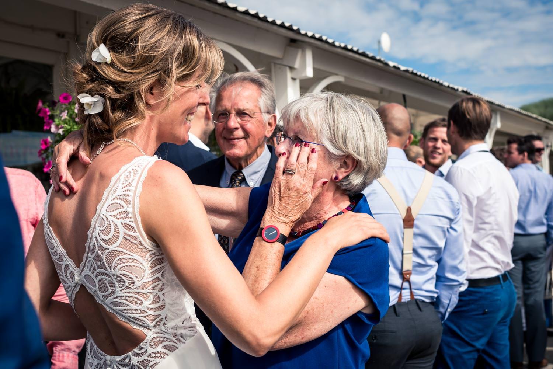 felicitaties aan het bruidspaar vastgelegd door trouwfotograaf C