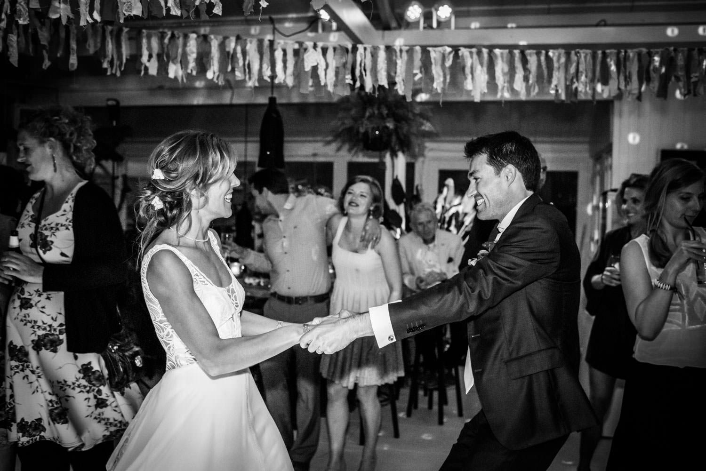 trouwfotograaf legt het bruidspaar vast tijden het dansen op het
