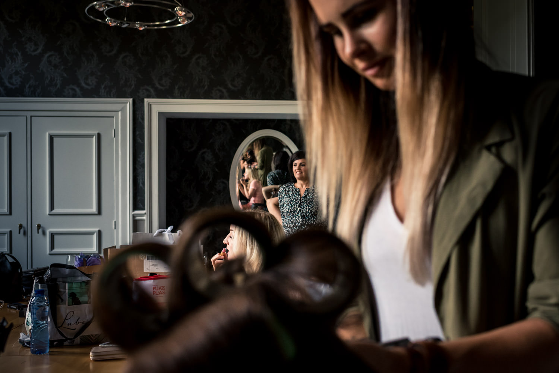 bruidsfotograaf maakt een doorkijkje tijdens het aankleden van d