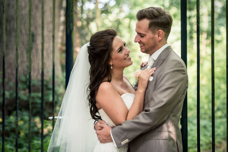 Trouwfotografie op landgoed Wolfslaar romantisch bruidspaar door