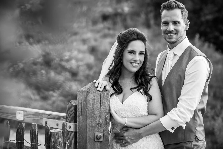 bruidsfotograaf legt dit bruidspaar vast bij het houtse meer in