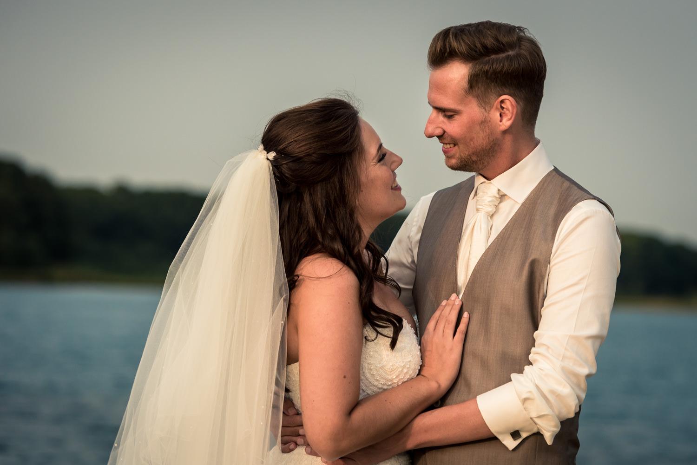 trouwfotograaf Cfoto legt dit bruidspaar vast bij het houtse mee