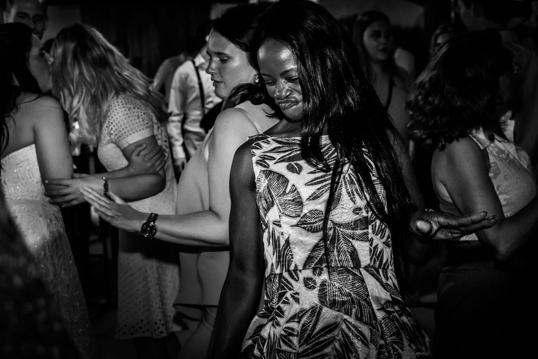 Cfoto legt het dansen van de gasten vast tijdens het trouwfeest