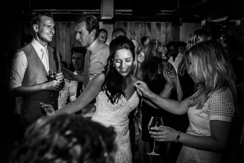 Trouwfotograaf Cfoto is op het Houtse Meer bij een trouwfeest wa