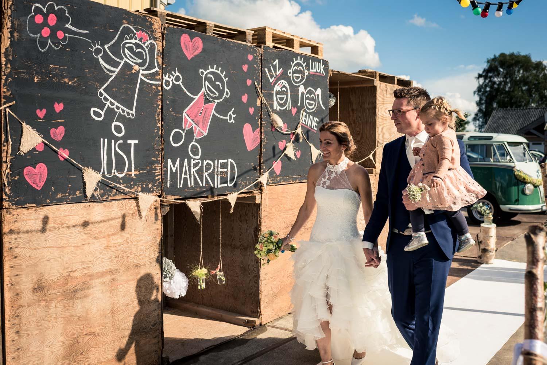 Mooie styling van de feestlocatie bij aankomst van het bruidspaa