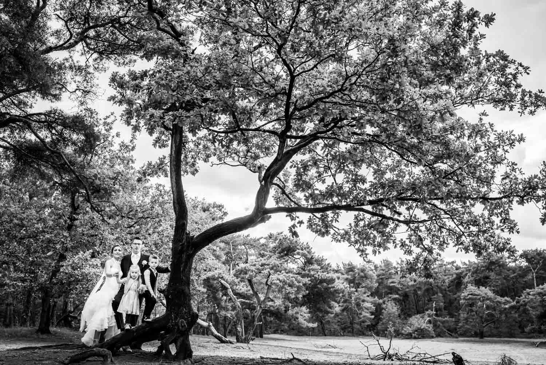 Trouwfotograaf is het met bruidspaar in het bos in Breda.