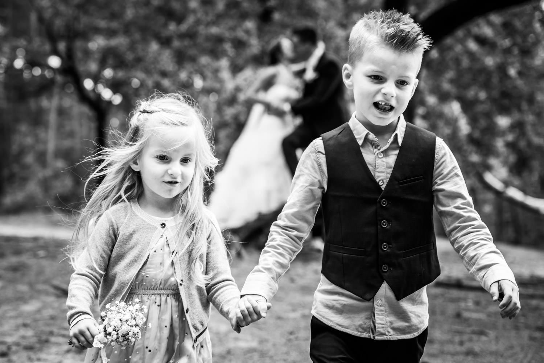 Een spontaan moment met de bruidskindjes trouwfotografie