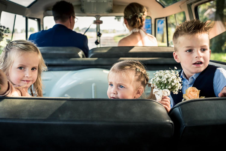 Cfoto tijdens de trouwreportage achter in het Volkswagenbusje me