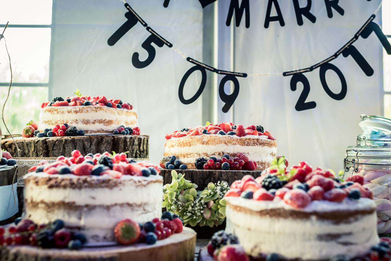 Mooie sweet table, detail van de bruidstaart met vruchten, was h