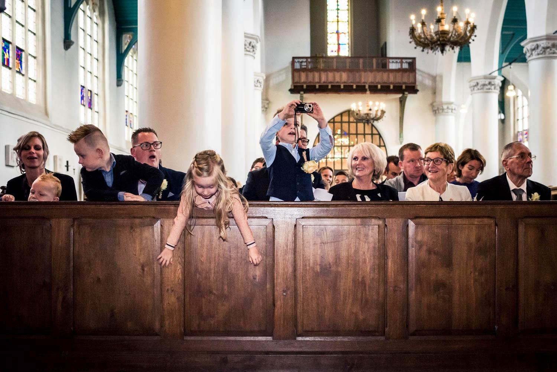huwelijkreportage de gasten in de Martinuskerk in Breda.