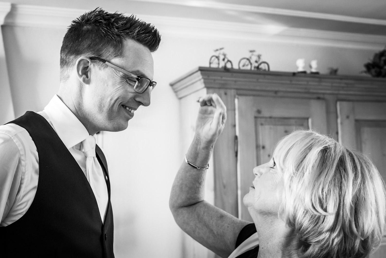 Trouwfotograaf legt vast dat moder het haar van de bruidegom aan