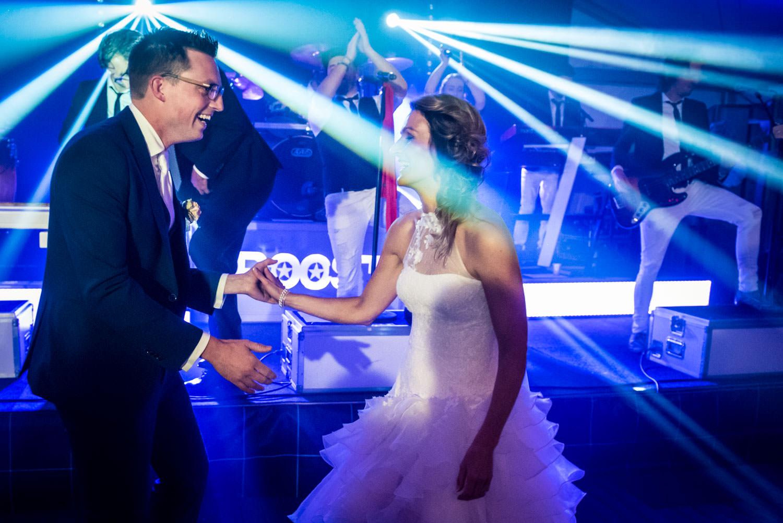 Huwelijksfotografie deopeningsdans van eht feest met laserstrale