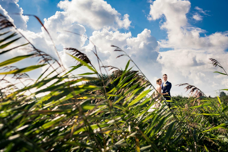 Bruidsfotograaf Cfoto is in een Brabants landschap in buitengebi