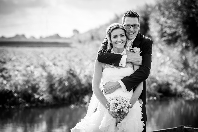 Een spontaan moment tijdens de bruidsfotografie met bruidspaar i