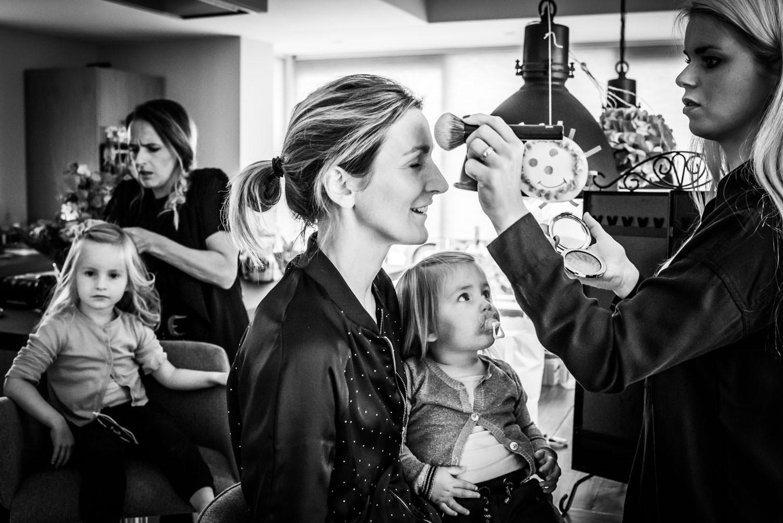 trouwfotografie in Brabant tijdens het aankleden en makeup van d