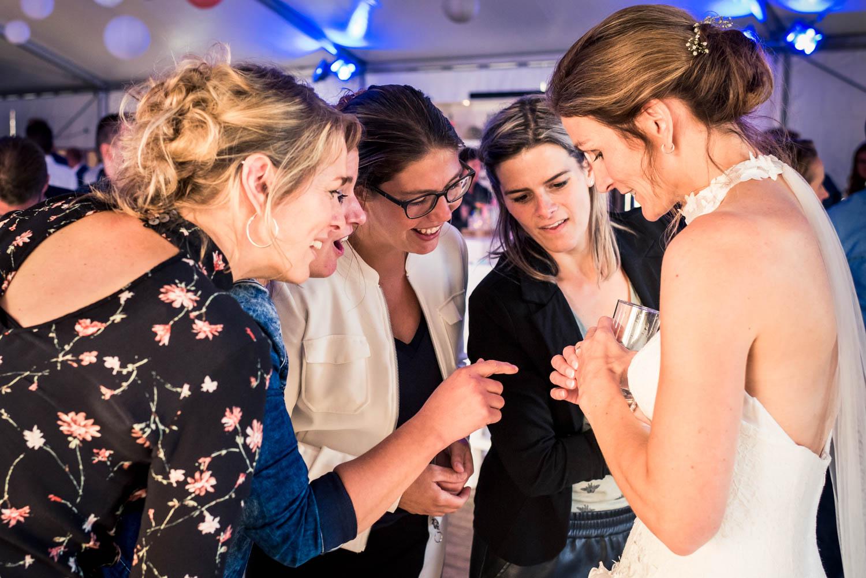 De vriendinnen van de bruid bewonderen haar ring