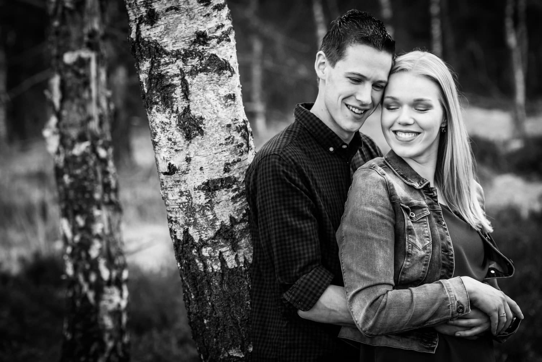 Cfoto tijdens een verlovingsshoot van een stel deat verloofd is