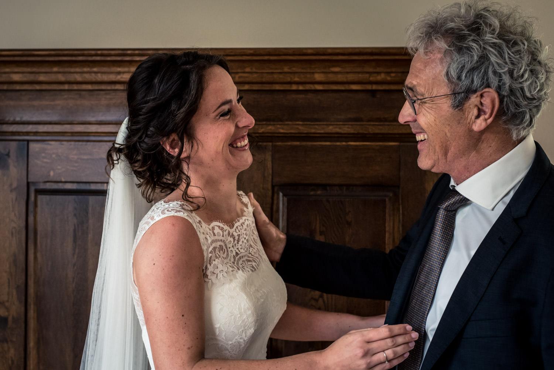 vader ziet de bruid voor het eerst door cfoto bruidsfotograaf