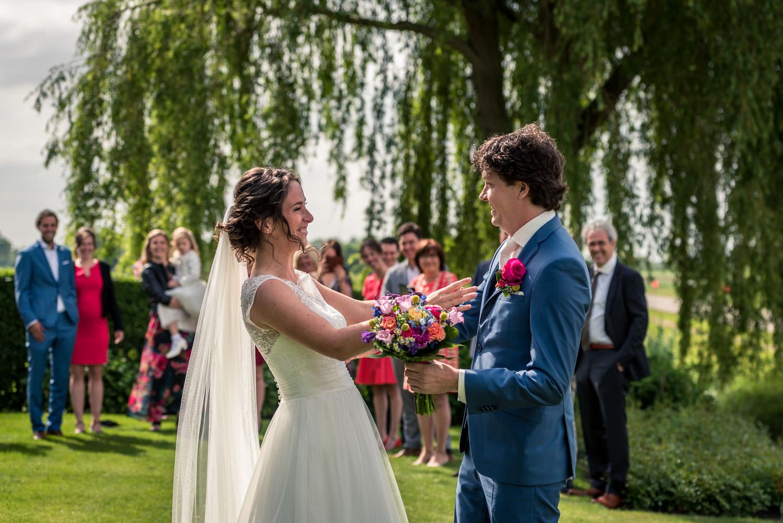 blik van de bruid bij de ontmoeting bruid en bruidegom