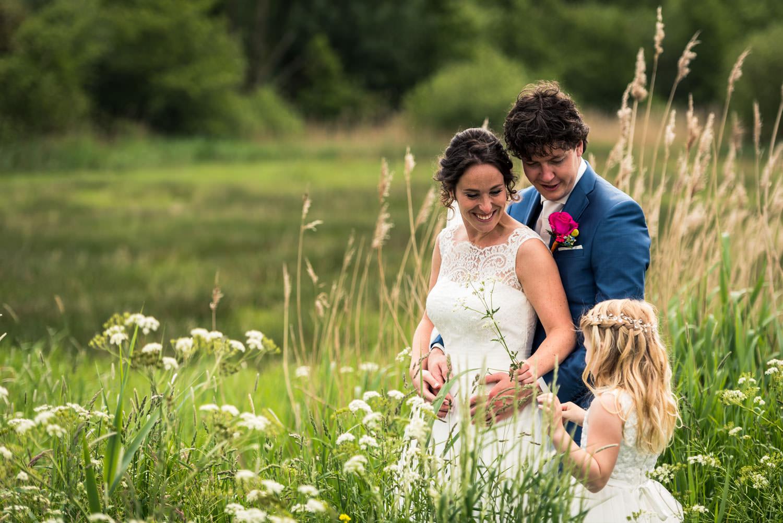 bruidsfotografie met bruidsmeisje en bruidspaar