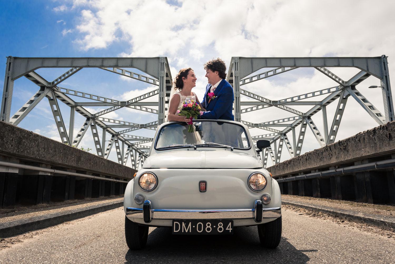 brug keizersveer bruidsfotografie met fiat 500