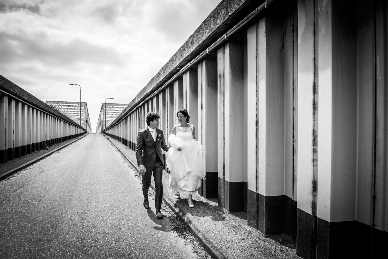 het bruidspaar loopt weg bij de brug van Keizersveer