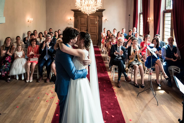 cfoto bruidsfotograaf tijdens de kus gedurende de ceremonie op k