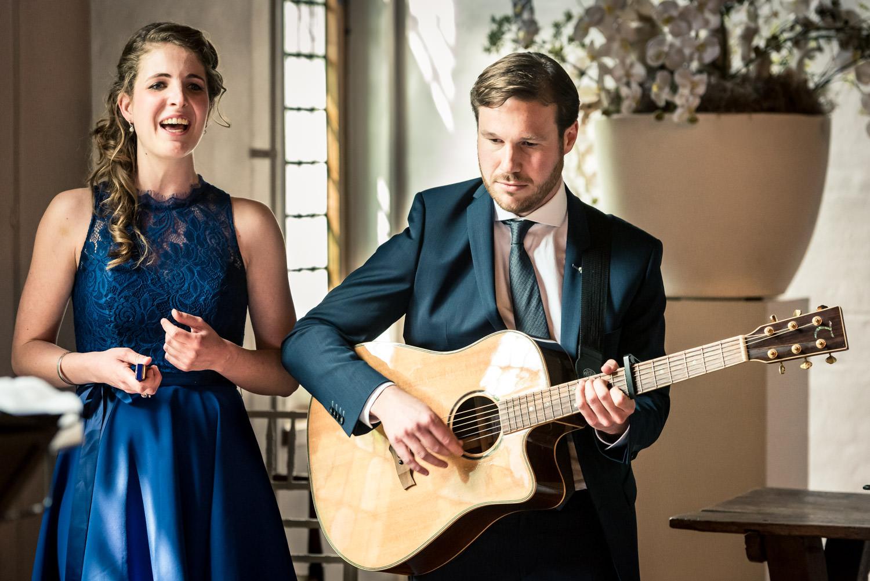 Eveline Sand zingt tijdens de ceremonie bruidsfotografie