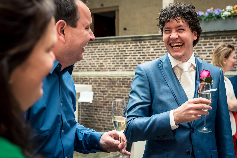 huwelijk  heeft bruidegom volop lol en plezier.