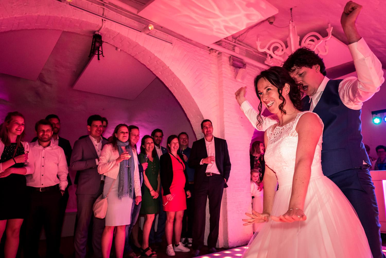 bruidspaar tijdens openingsdans op kasteel dussen met rood licht