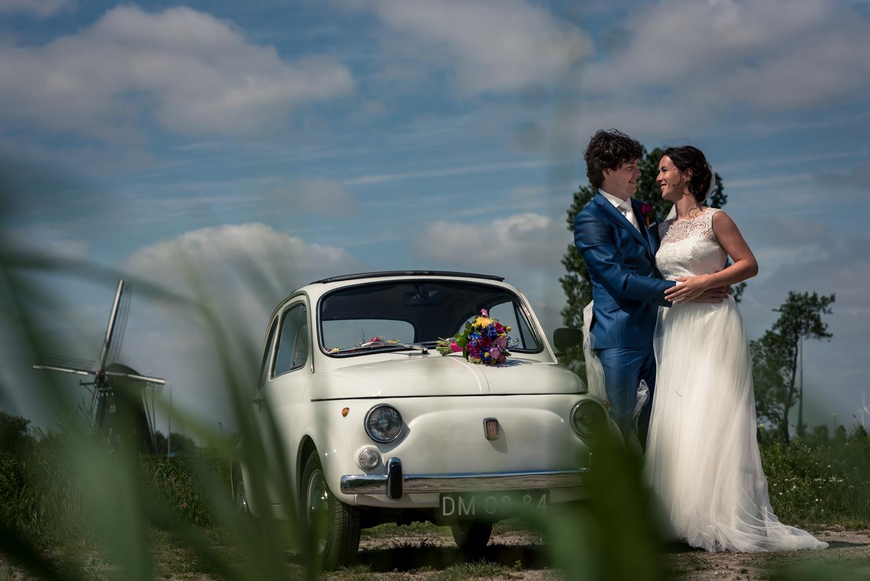 huwelijk Maarten en Annelies, polder Etten-Leur met fiat 500 en molen op de achtergrond.