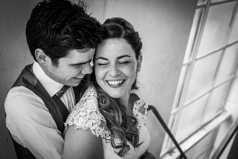 Huwelijk in Zevenbergen, trouwen op het stadhuis en bruidsfotografie in Oude Suikerfabriek ook in Zevenbergen, met twee kleine kindjes, thema rood.