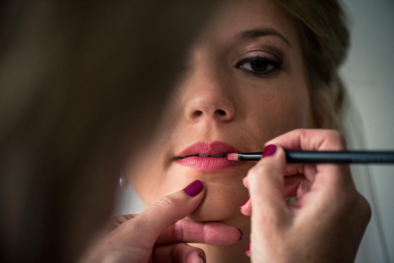 de bruid krijgt de lippenstift op gemaakt door cfoto